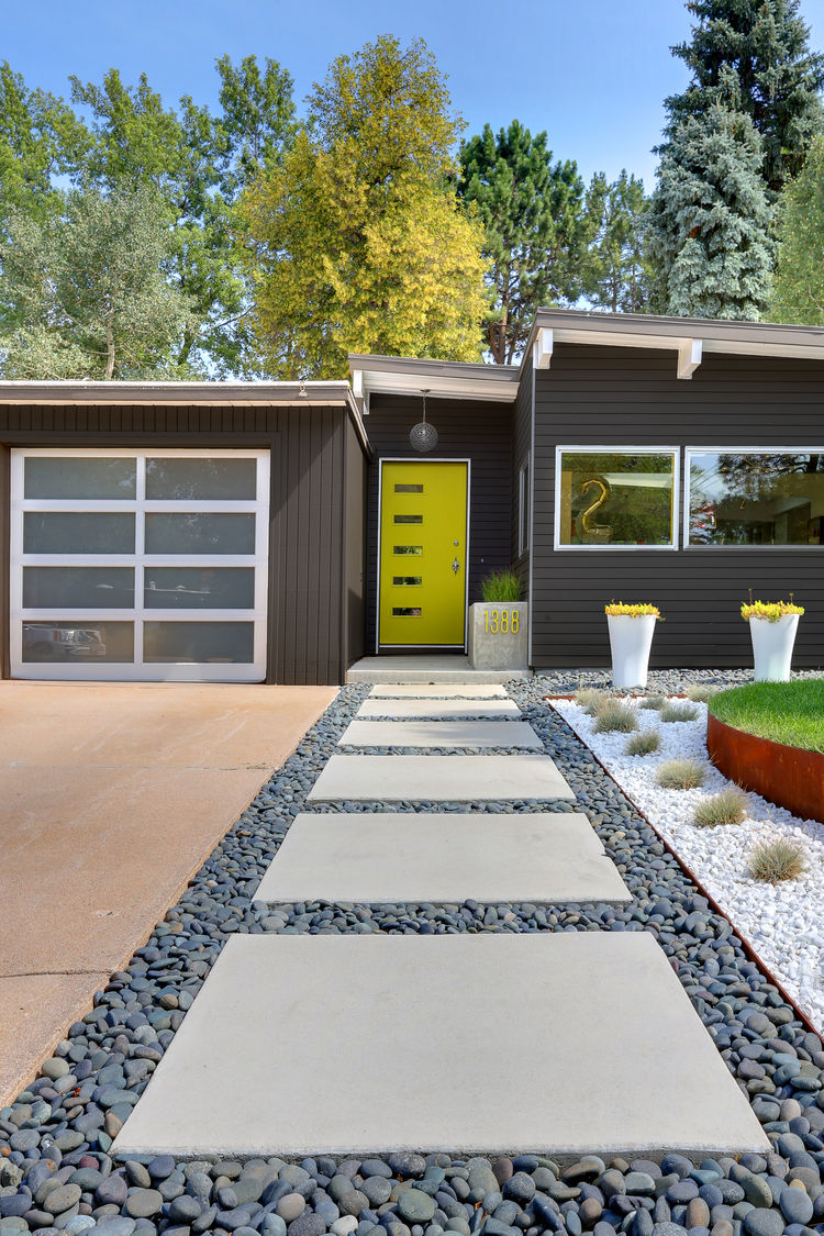 Generous Midcentury Outdoor Design