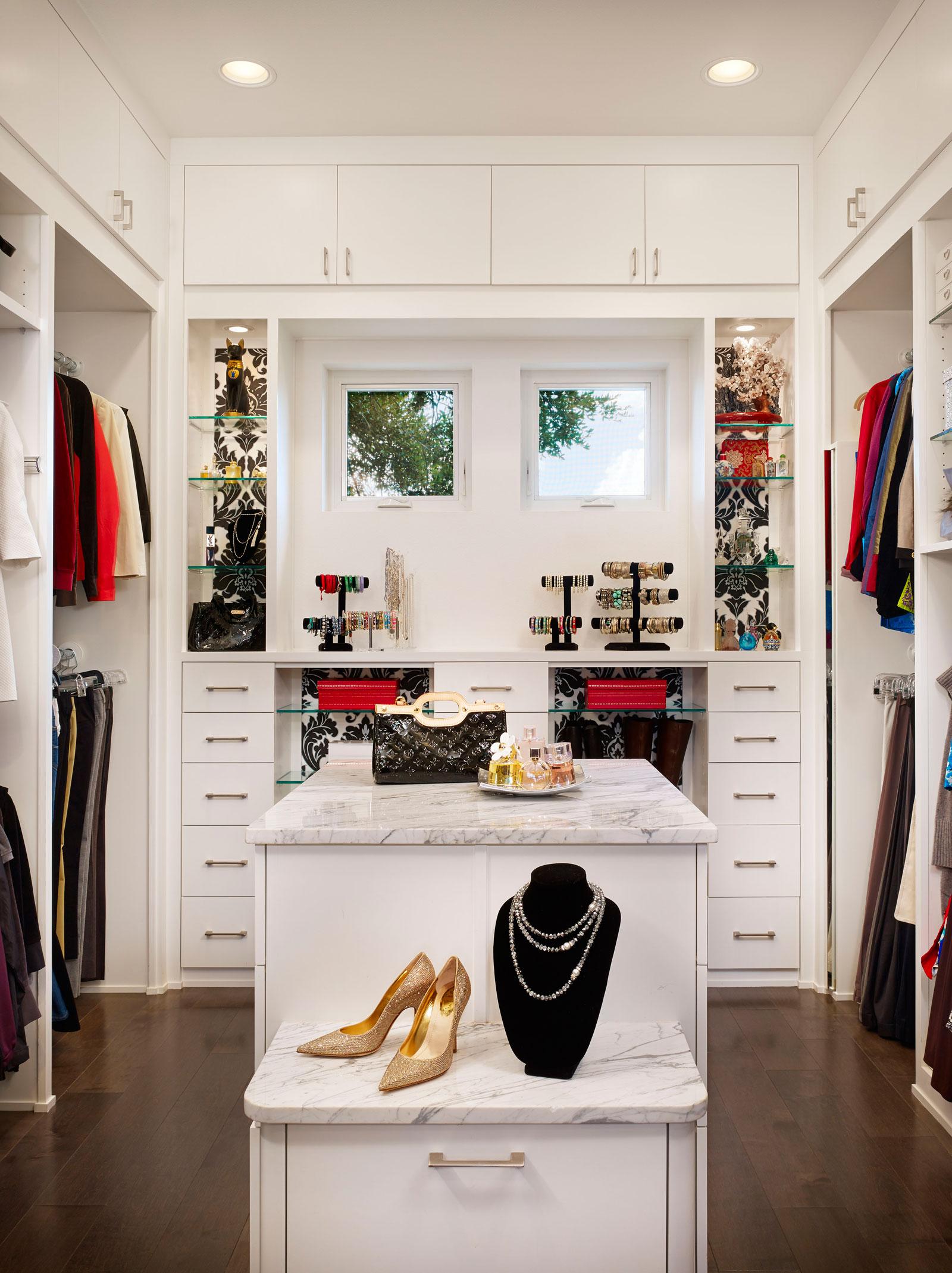 white walk in Scandinavian Closet Design