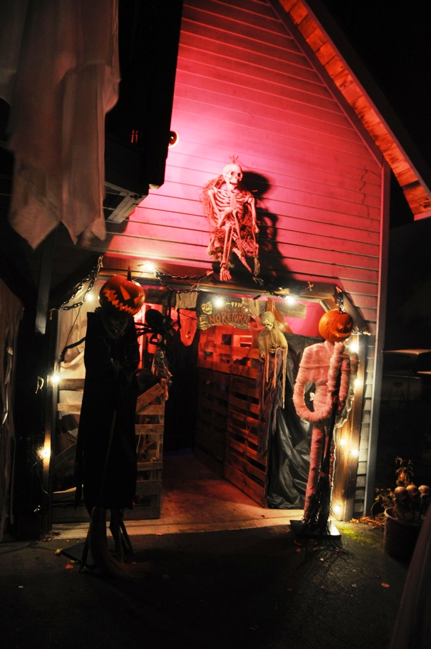 Outdoor Garage Halloween Decorations