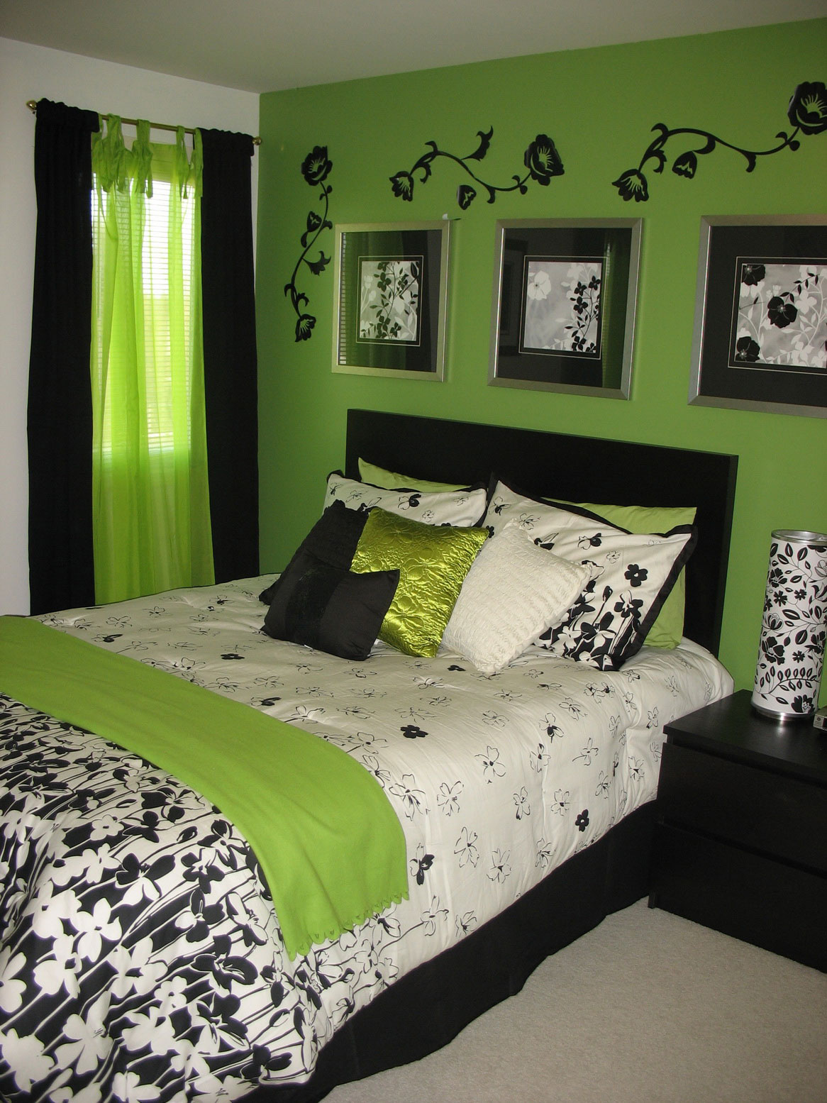 Green and Black Bedroom Wall Ideas