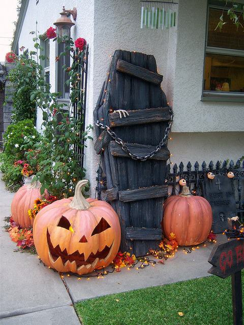 Spooky Ideas for Outdoor Halloween Decoration