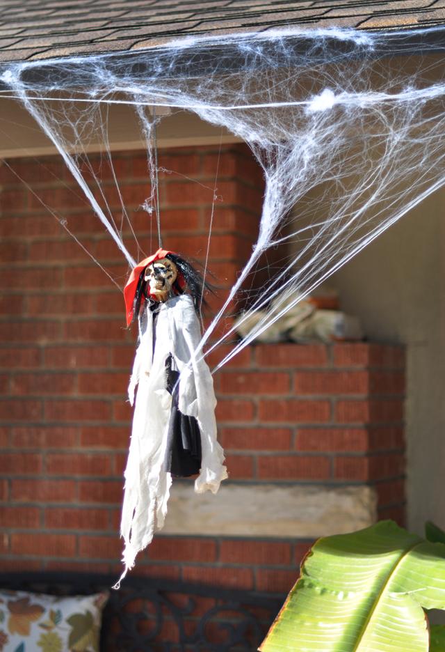 creepy outdoor halloween decor