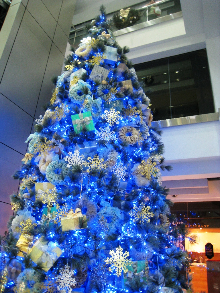 blue-themed-christmas-tree-decoration