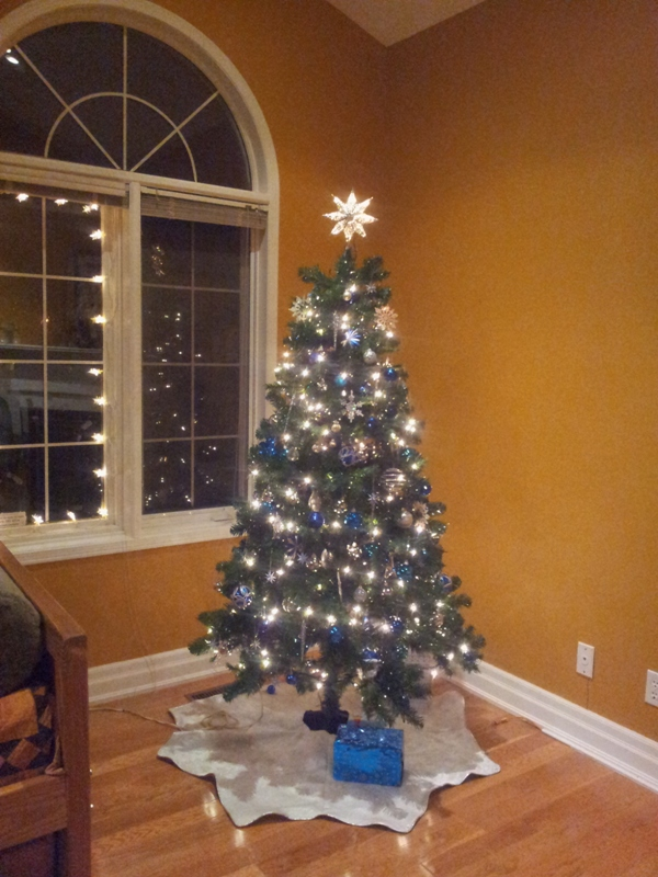 blue-and-silver-christmas-tree-decorations