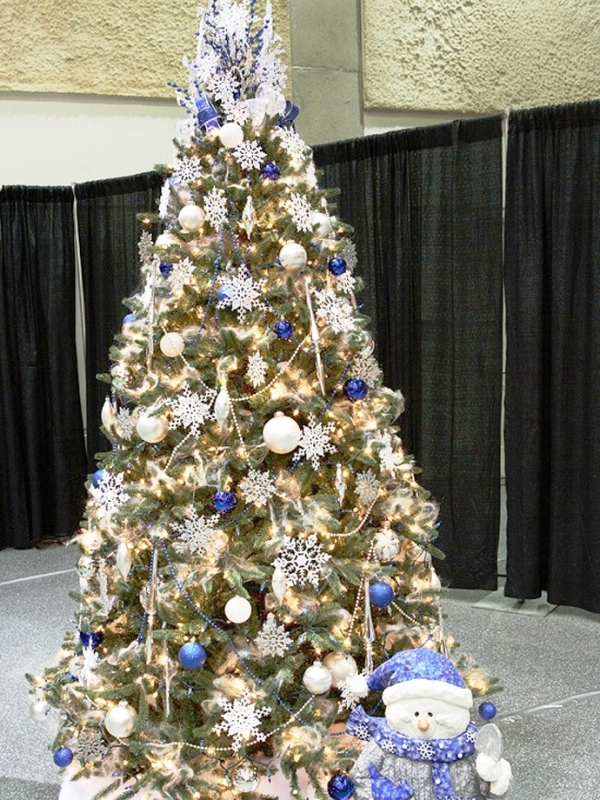 blue-and-white-christmas-tree-decorating-ideas