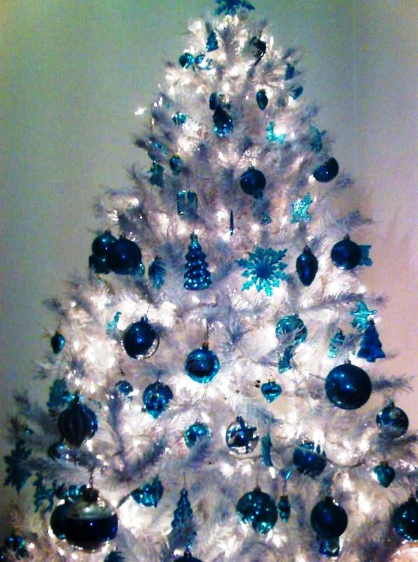 blue-and-white-fine-christmas-tree