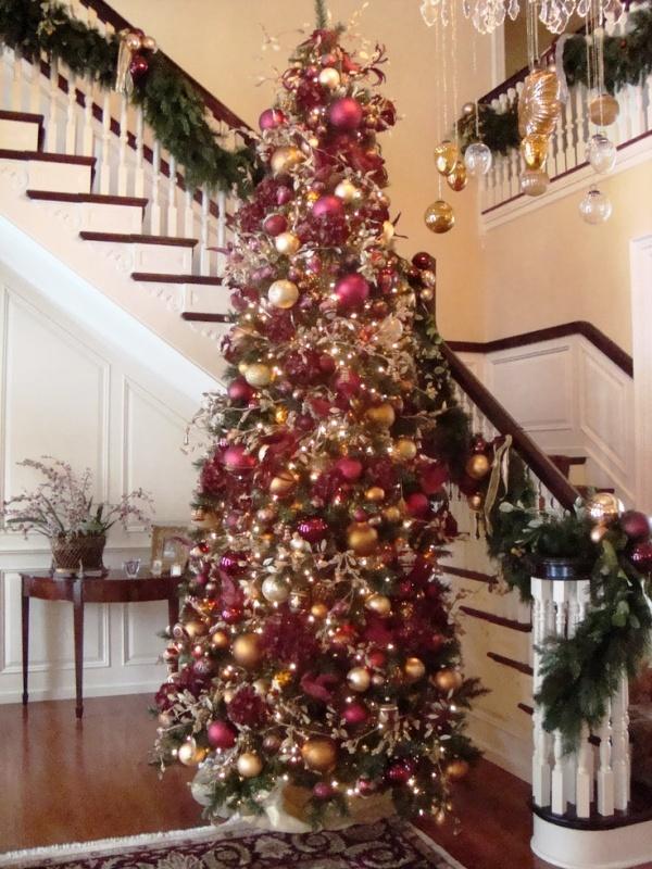burgundy-and-gold-christmas-tree