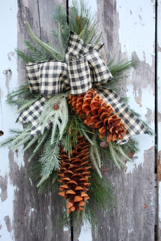 christmas-pine-cone-door-swag