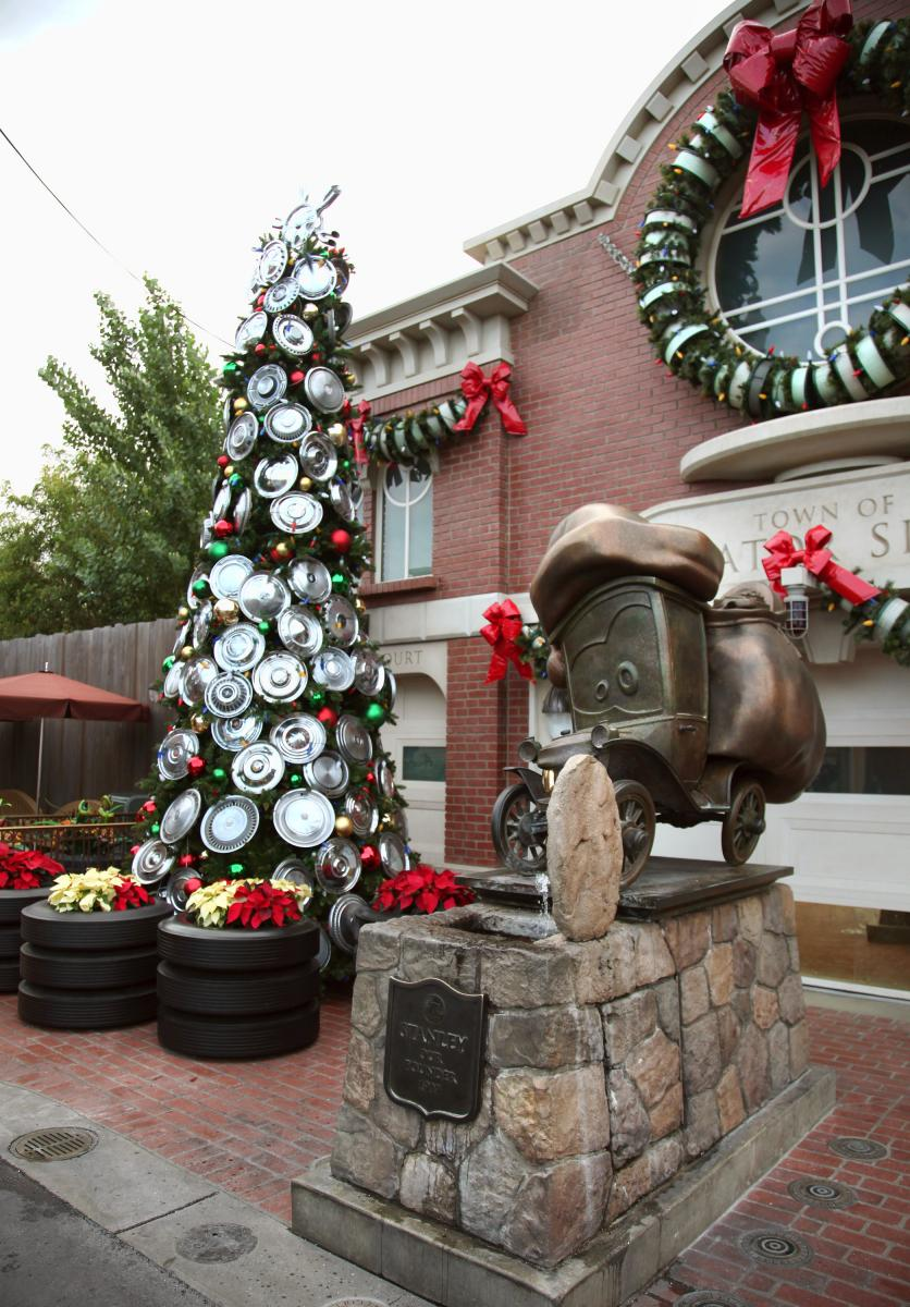 disneyland-cars-land-christmas