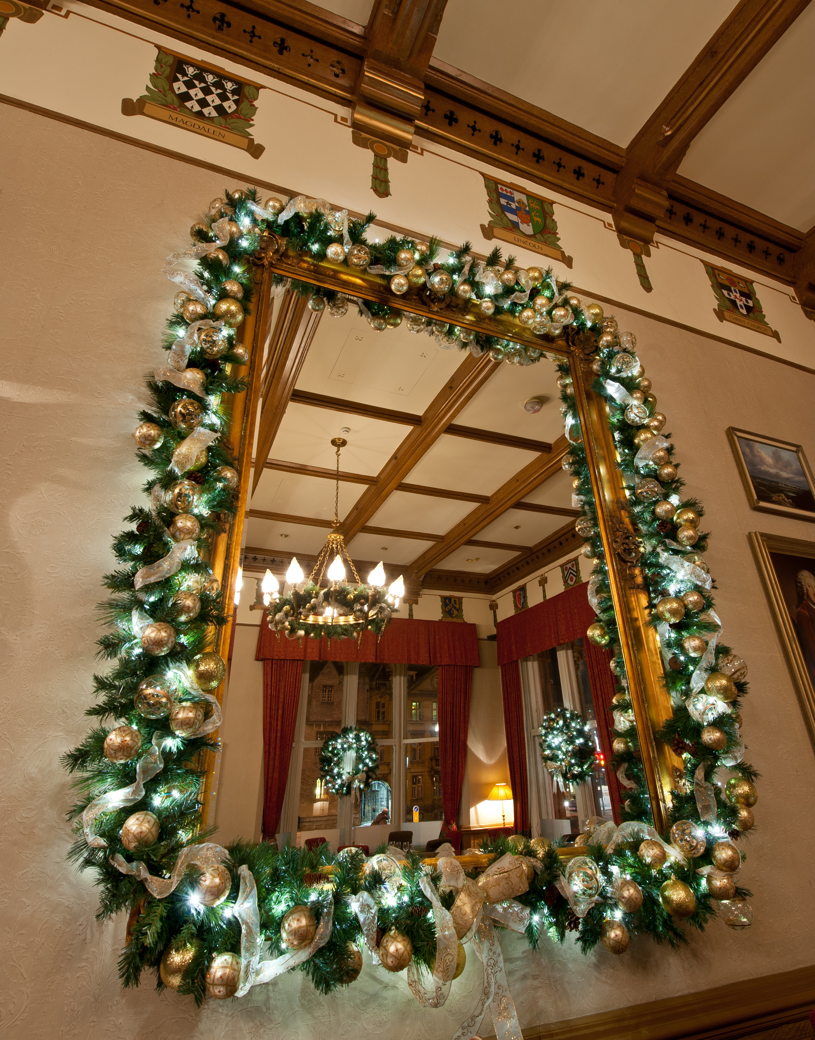 gold-christmas-garland-decoration