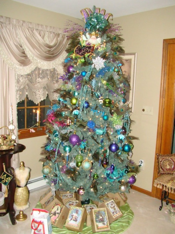 modern-peacock-christmas-tree