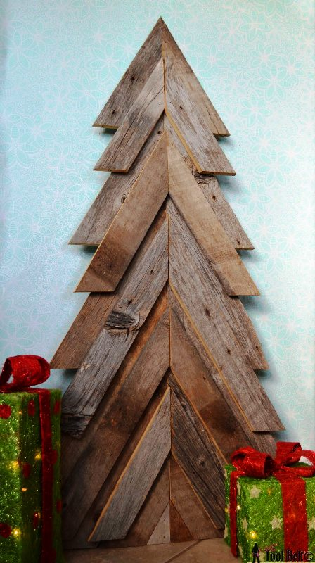 rustic-christmas-tree-from-wood-pallets