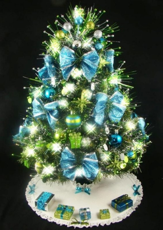turquoise-and-silver-christmas-tree-decorations