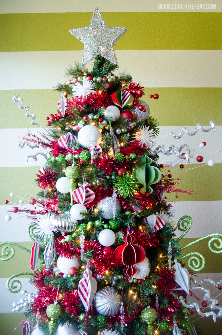 whimsical-christmas-tree-decorating-idea
