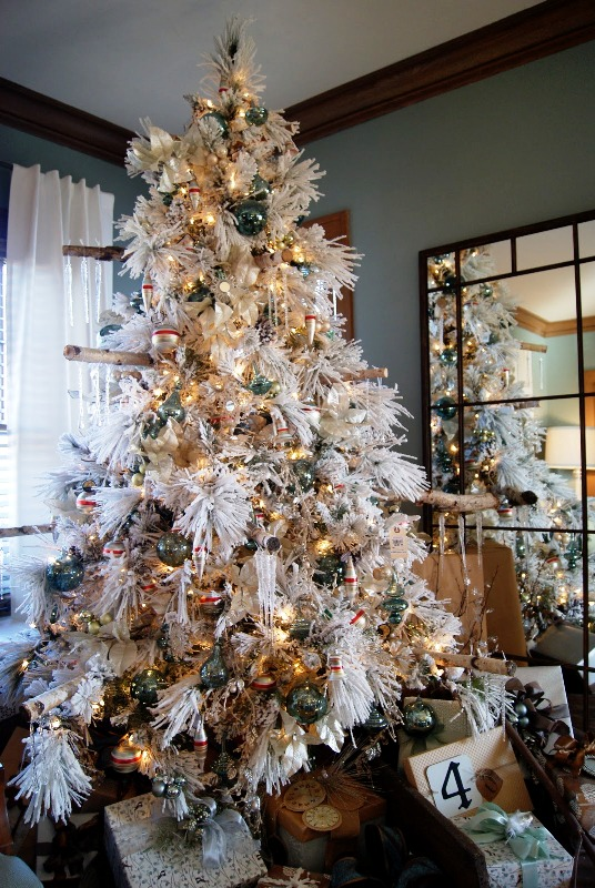 white-flocked-christmas-tree-decorating-ideas