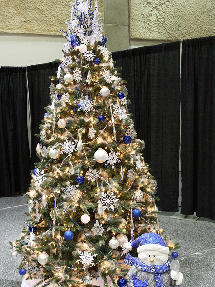 Blue and White Christmas Tree Decorating Ideas