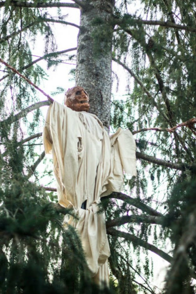 DIY Scarecrow Decoration Scary