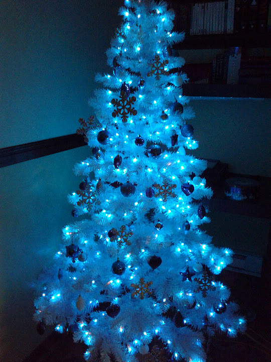 blue-white-christmas-tree-with-lights