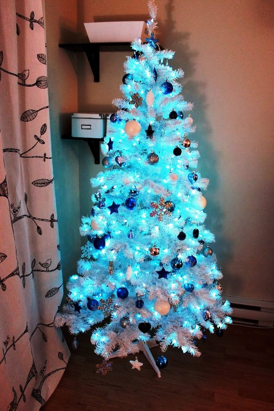 blue-white-and-silver-christmas-tree-decorations