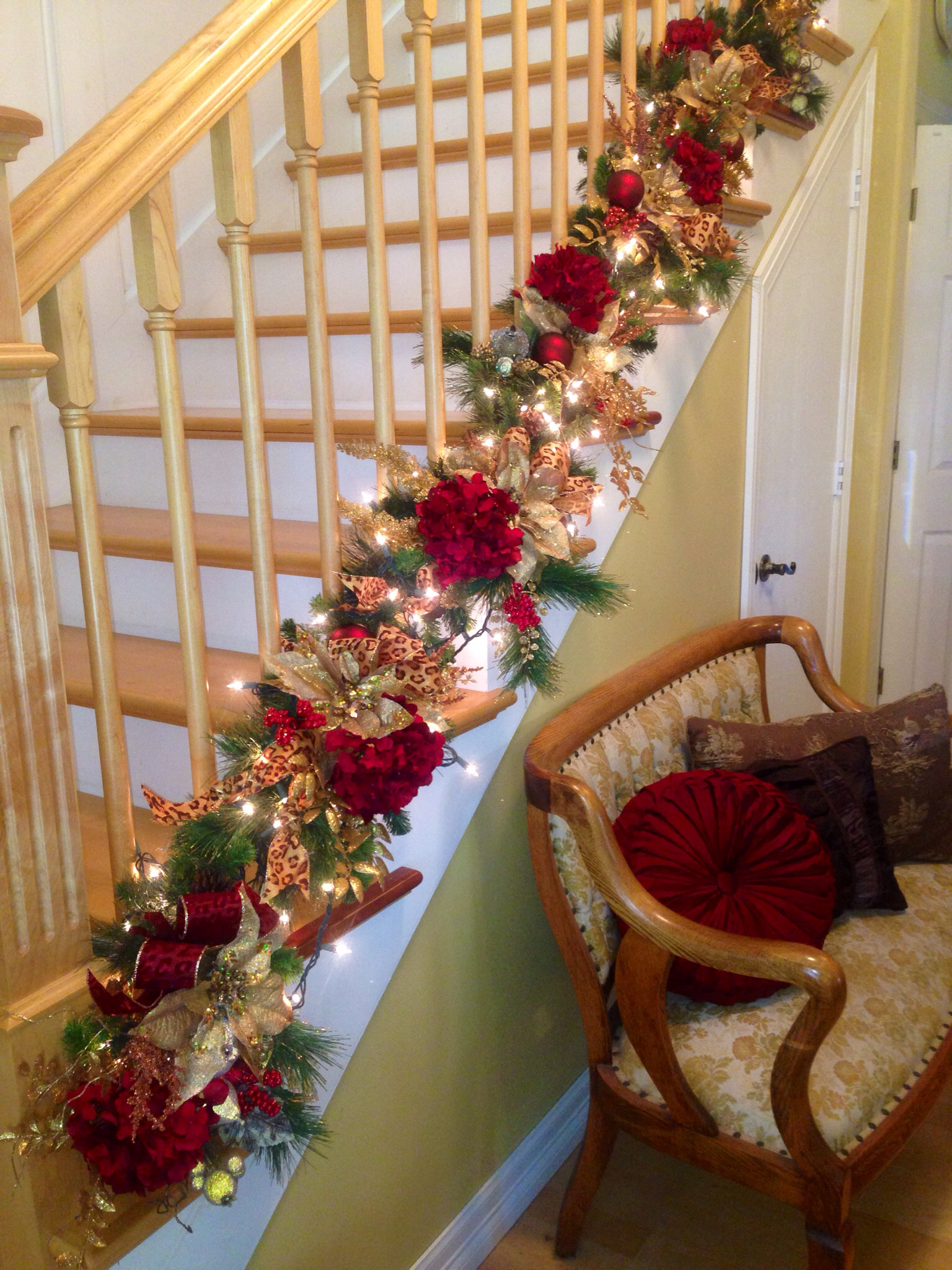 christmas-staircase-garland-decoration