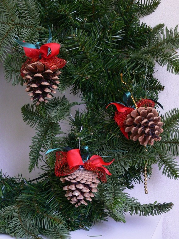 christmas-tree-decorations-with-pine-cones