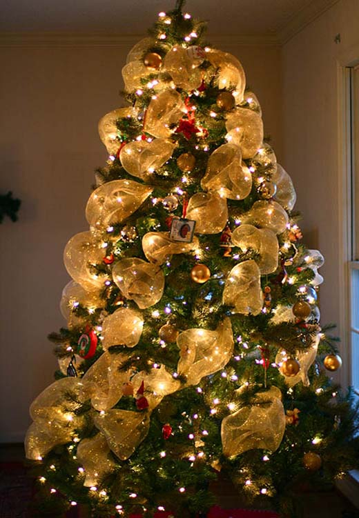 christmas-tree-with-mesh-decorations