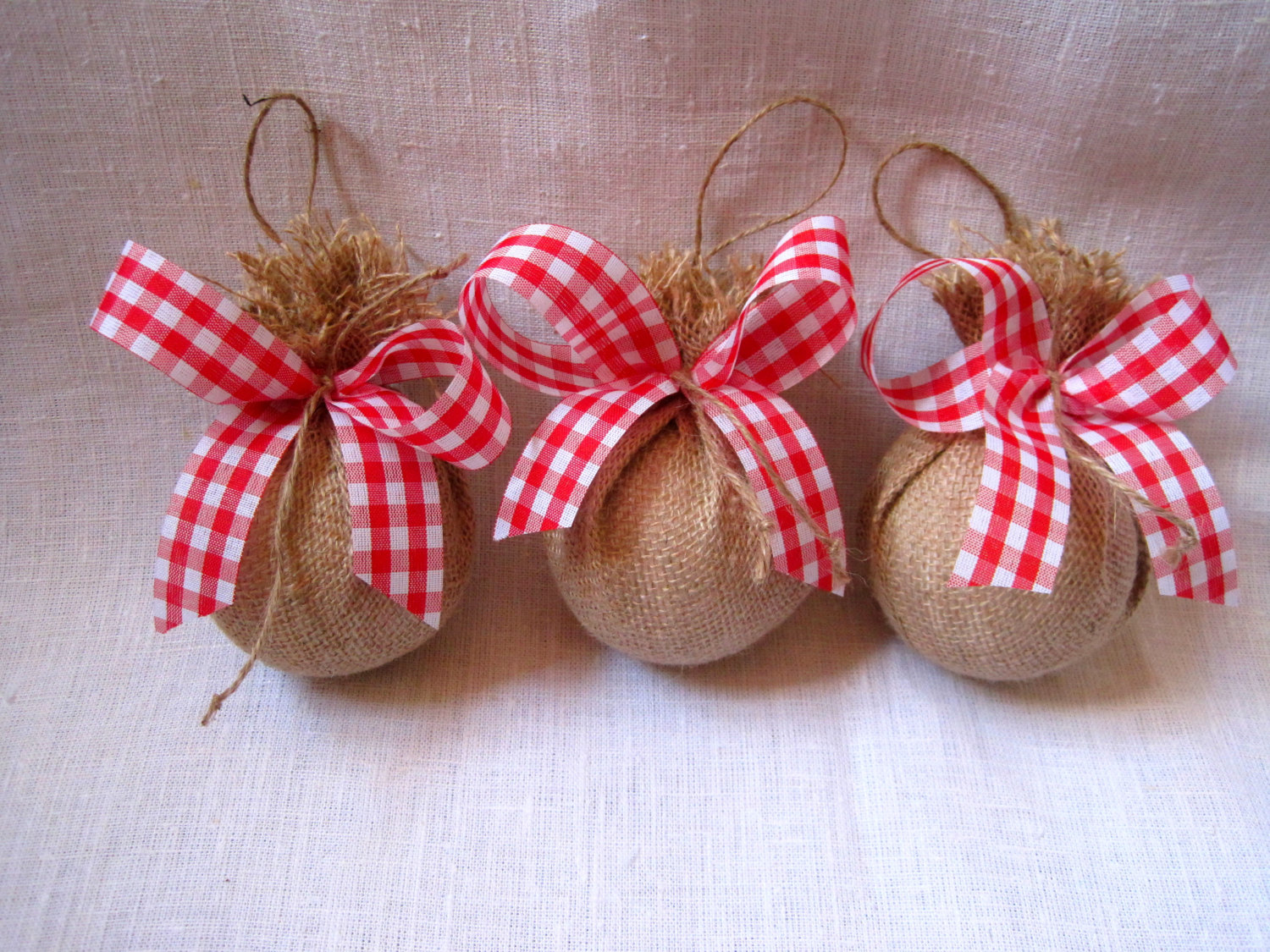 tree-with-burlap-christmas-ornaments